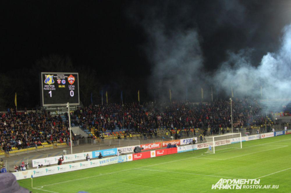 Фанаты ЦСКА заполнили три сектора северной трибуны. Во втором тайме армейские болельщики зажгли файеры.