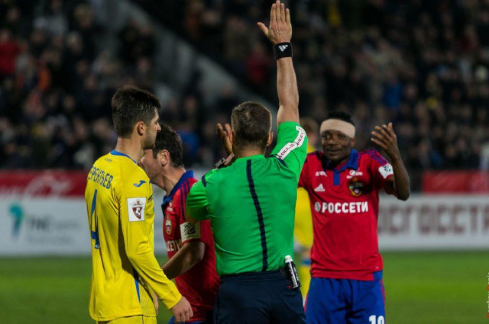 Главный снайпер ЦСКА Муса уже в начале матча получил удар по голове, поэтому оставшееся время играл с повязкой на голове.