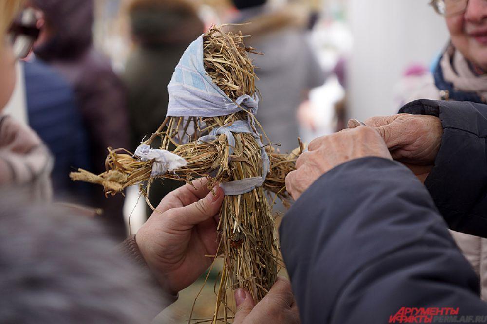 Создать куклу Масленицы из сена мог абсолютно любой желающий.