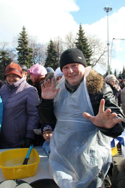 Артист филармонии певец Владимир Самарёв угощал не только блинами, но и шутками.