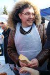 Глава Корпорации по развитию предпринимательства Руслан Гайнетдинов получил от приготовления блинов огромное удовольствие.