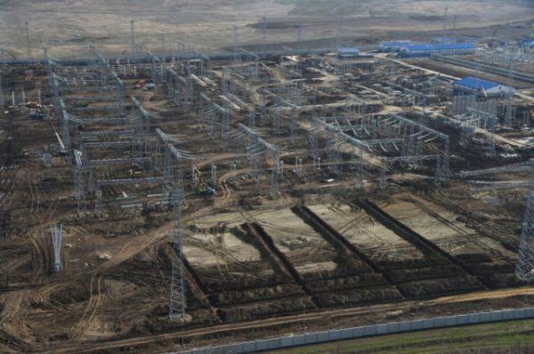 В настоящее время одновременно ведутся работы на 5 объектах - это строительство подстанций 500 кВ «Тамань» и 220 кВ «Кафа», реконструкция подстанции «Кубанская», возведение многокилометровых линий электропередачи и подводного кабельного перехода.