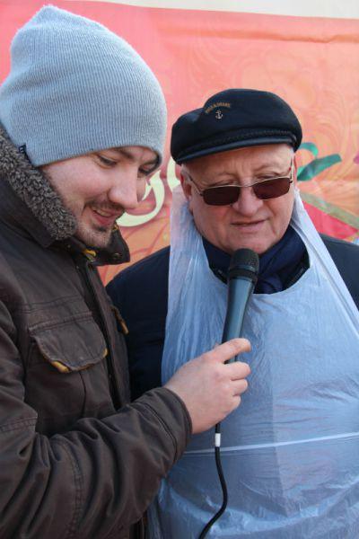 Спикер ЗСО Анатолий Бакаев очень гармонично смотрелся в фартуке.