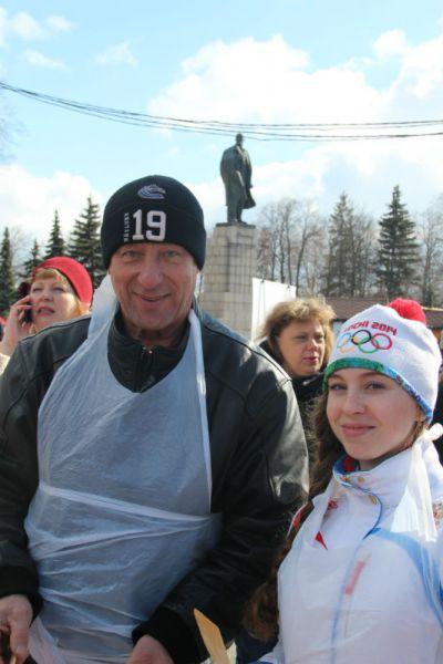 Наши чемпионы - хоккеист Николай Афанасенко и гимнастка Алёна Полян - выпекали
