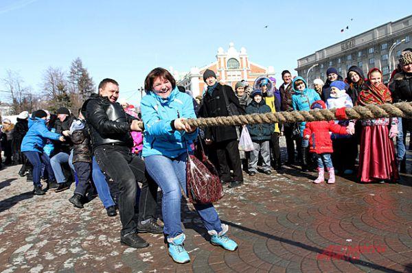 В традиционной забаве, перетягивание каната, участвовали даже женщины.