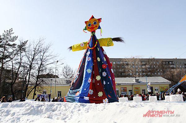 Чучело Масленицы весь день было украшением праздника.