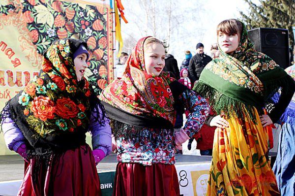 Девушки и девочки в народных костюмах создавали особое настроение и ощущения по-настоящему народного праздника.