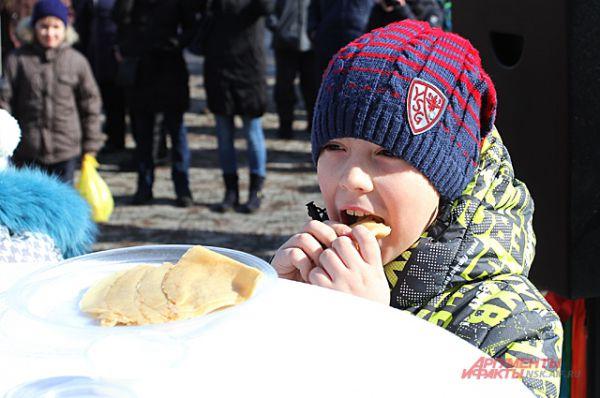 Многие в этот день попробовали главное угощение - блины.