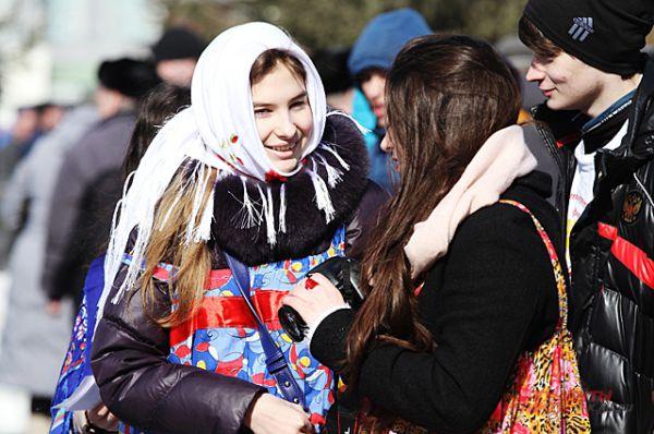 Современные девушки в ярких платках в этот день выглядели особенно красиво.