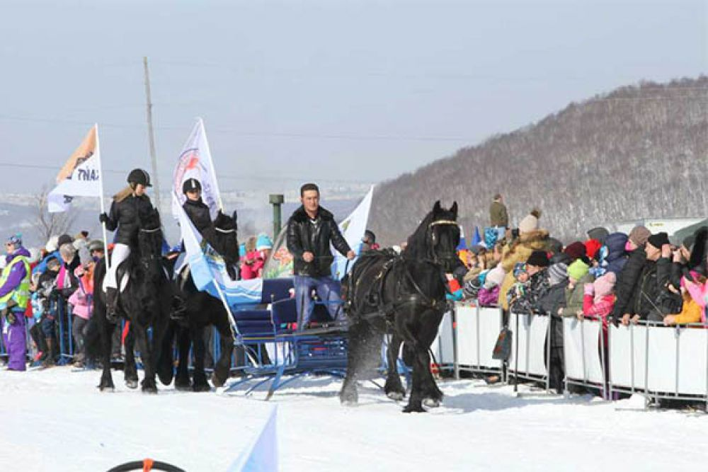 Открыли праздник торжественным маршем участники клуба «Конный двор».