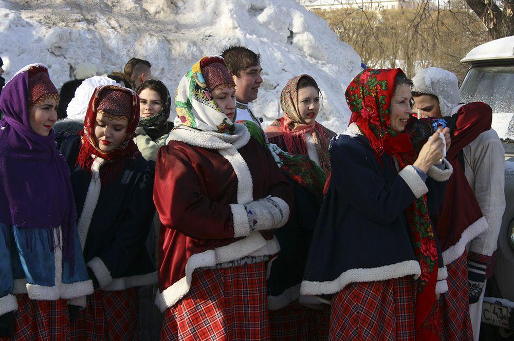 Выступающие были одеты в традиционные русские костюмы.