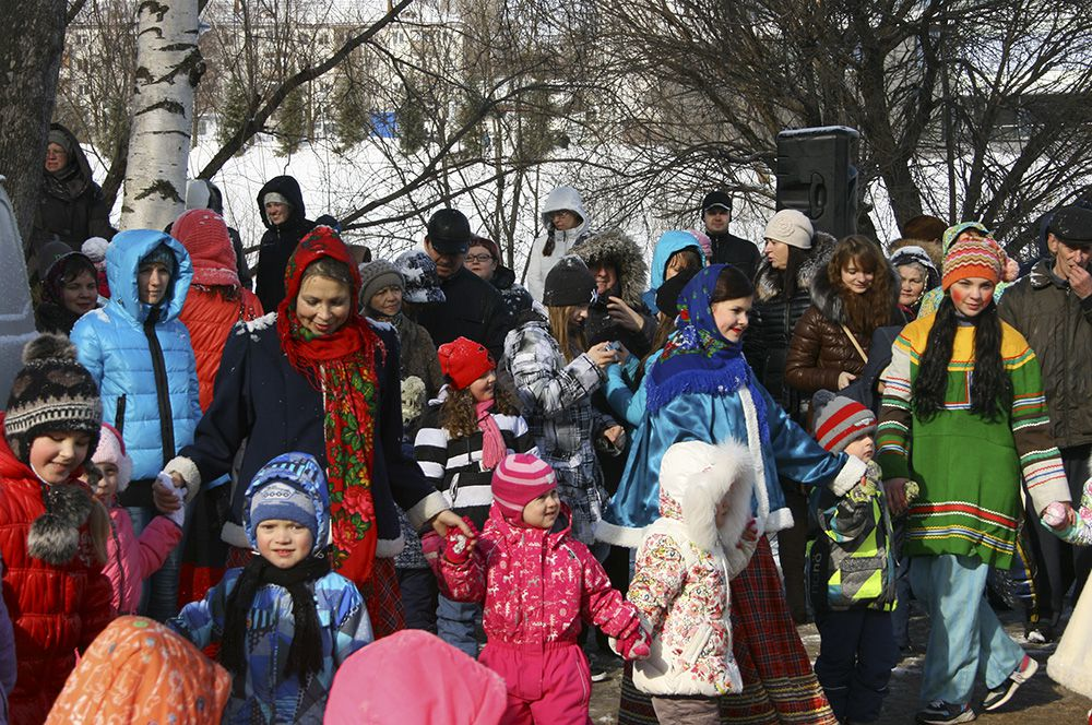 Зажигательные ведущие развлекали гостей в парке имени Кирова.