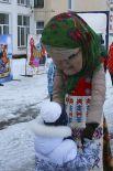 В Дороничах юных гостей встречала большая ростовая кукла в виде бабушки.