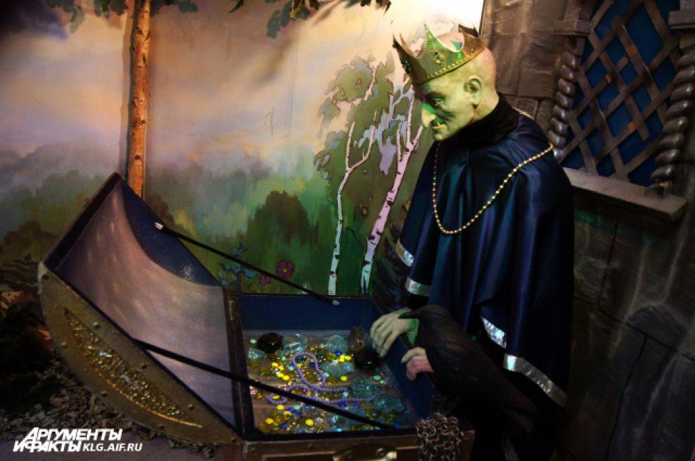 Как только к сказочному герою подходят гости, он начинает двигаться.