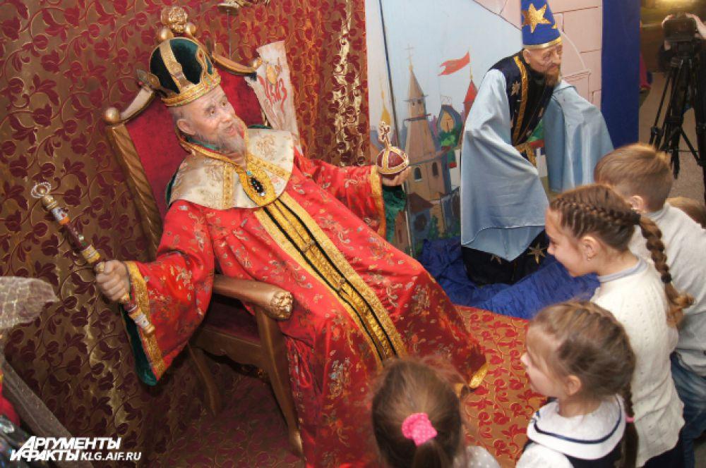Из Лукоморья посетители попадают в чертоги царя Салтана, а из избушки бедного рыбака – в шатёр Шамаханской царицы.