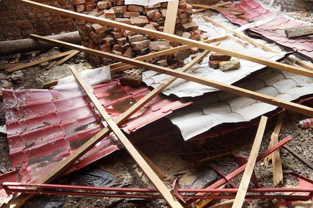 Ураган сносит дорожные знаки и строительные заборы.