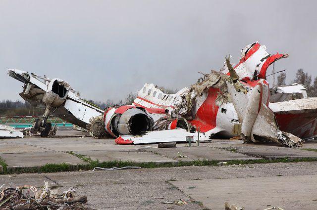 Обломки польского правительственного самолета Ту-154 на охраняемой площадке аэродрома в Смоленске.
