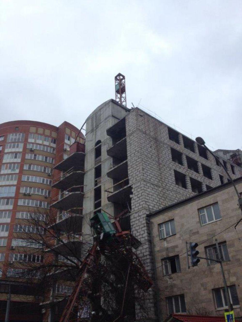 В ходе работ по строительству жилого дома рухнул башенный кран.