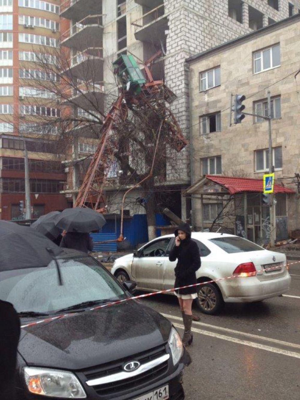 В настоящее время на месте происшествия работают следователи и криминалисты следственного управления СКР по Ростовской области.