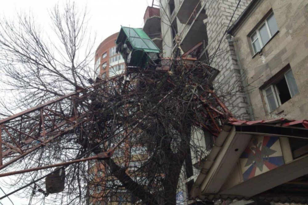 обТочнее, произошло обрушение верхней секции башенного крана.