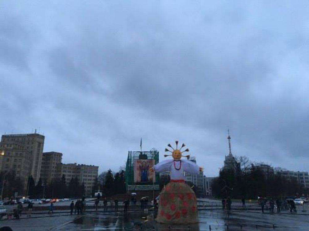В Харькове на масленицу установили  огромное чучело Зимы