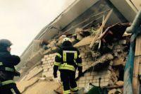 Спасатели разбирают завали дома