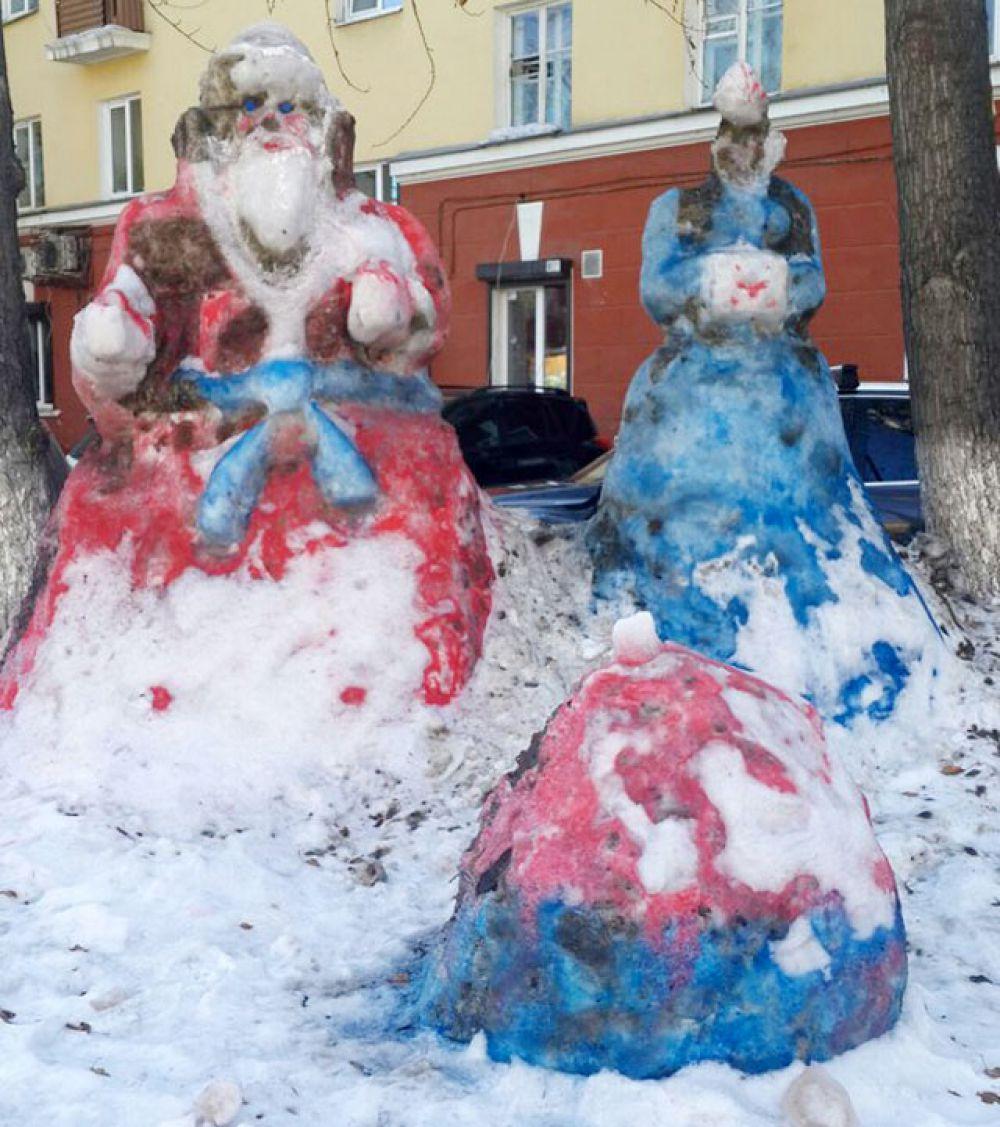 Во многих дворах можно встретить вот такие отголоски веселых новогодних праздников.