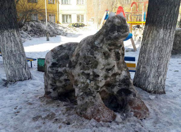 Здесь детскую площадку оккупировал неведомый зверь, явно из очень страшной сказки.