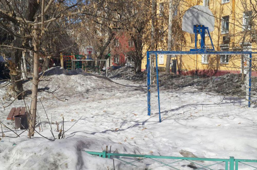 Дети и подростки еще не скоро получат в пользование эту современную спортплощадку. Всю зиму на нее сваливали снег.
