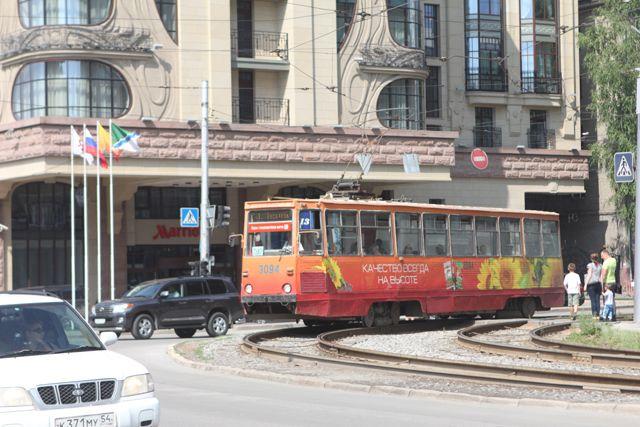 Трамвай столкнулся с иномаркой.