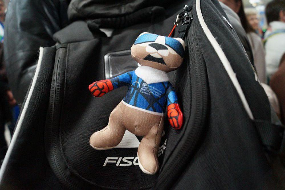На сумке Алексея Волкова все сумели разглядеть соболя Феликса - талисман чемпионата Европы по биатлону, что недавно прошёл в Тюмени.