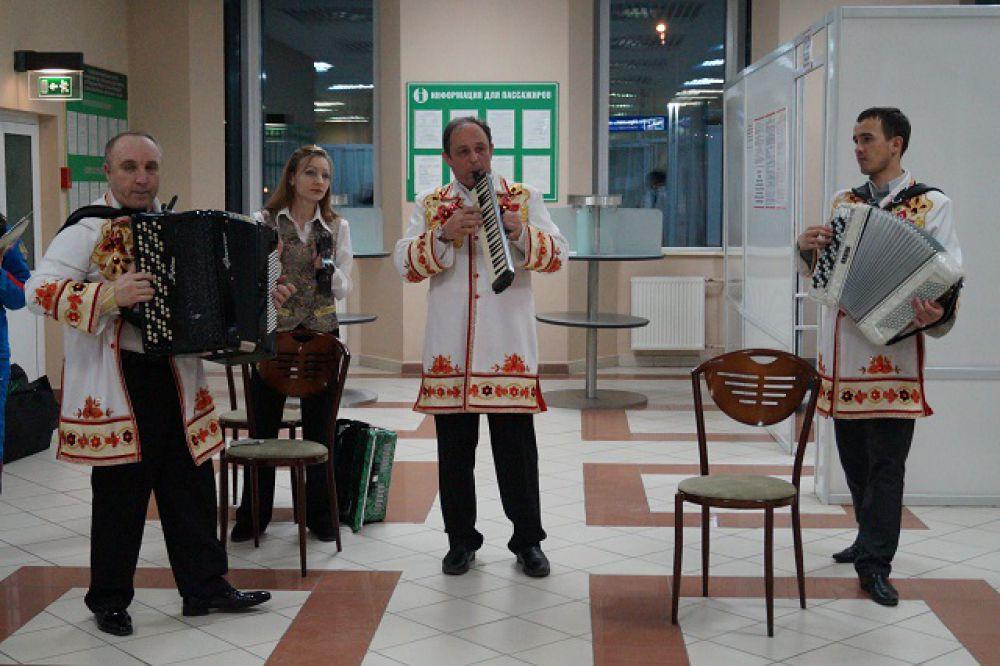 """Ансамбль народных инструментов """"Гармоника"""" поразил всех фанатов, биатлонистов и журналистов тем, что играл в аэропорту 5 часов без остановки."""