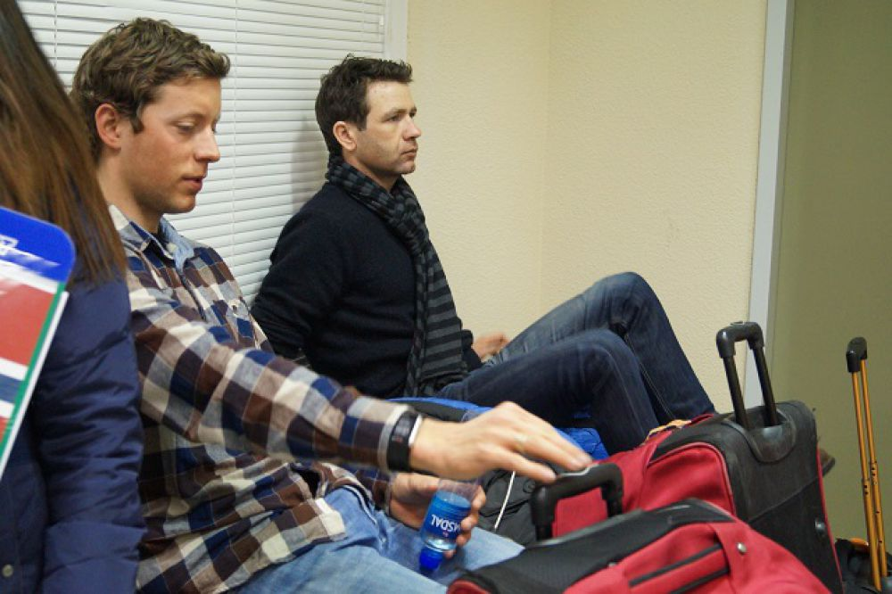 Он в это время в прямом смысле слова сидел на чемоданах в зоне таможенного контроля - дожидался своей команды.