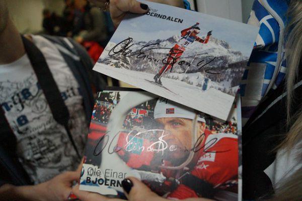 Прождавшие полдня Бьорндалена фанаты всё же были вознаграждены эксклюзивными карточками с его автографами.