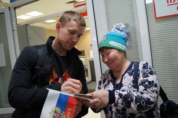 Несмотря на неудачное выступление Алексея Волкова на чемпионате мира по биатлону, дома его встречали преданные болельщики.