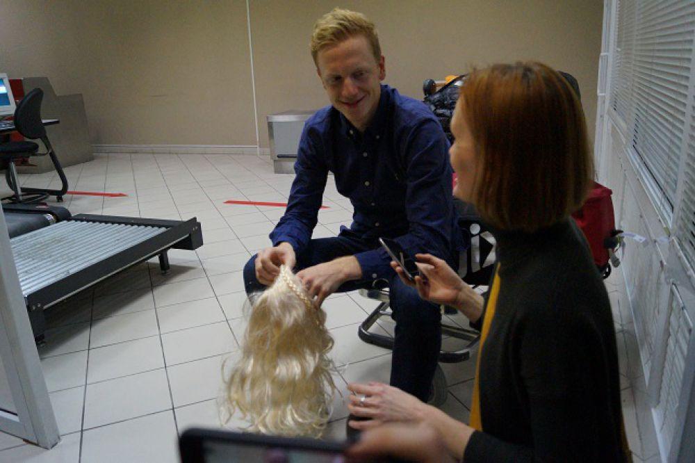 """Сотрудники пресс-службы """"ЮграМегаСпорта"""" подарили Йоханнесу Бё белый парик, намекнув, что он хотел перекраситься в блондина, если победит в личной гонке на чемпионате мира в Осло. Что и случилось там в заключительный день - в масс-старте он выиграл золото."""