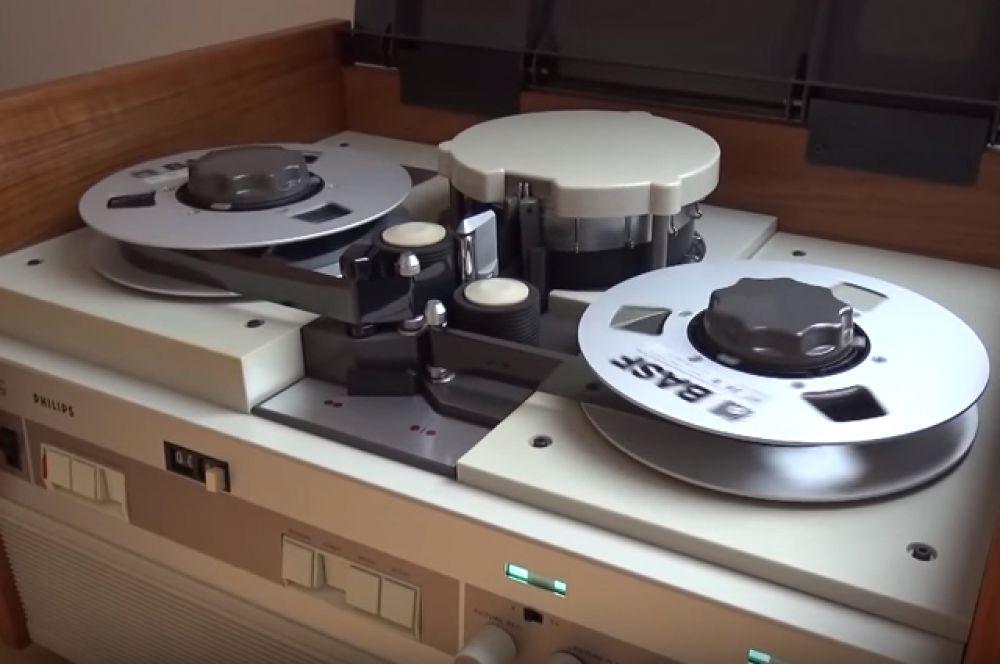 Появление промышленных видеомагнитофонов не упростило жизнь обычным людям, пока в 1963 году Philips представили первую в истории модель видеомагнитофона для бытовых нужд — EL3400.