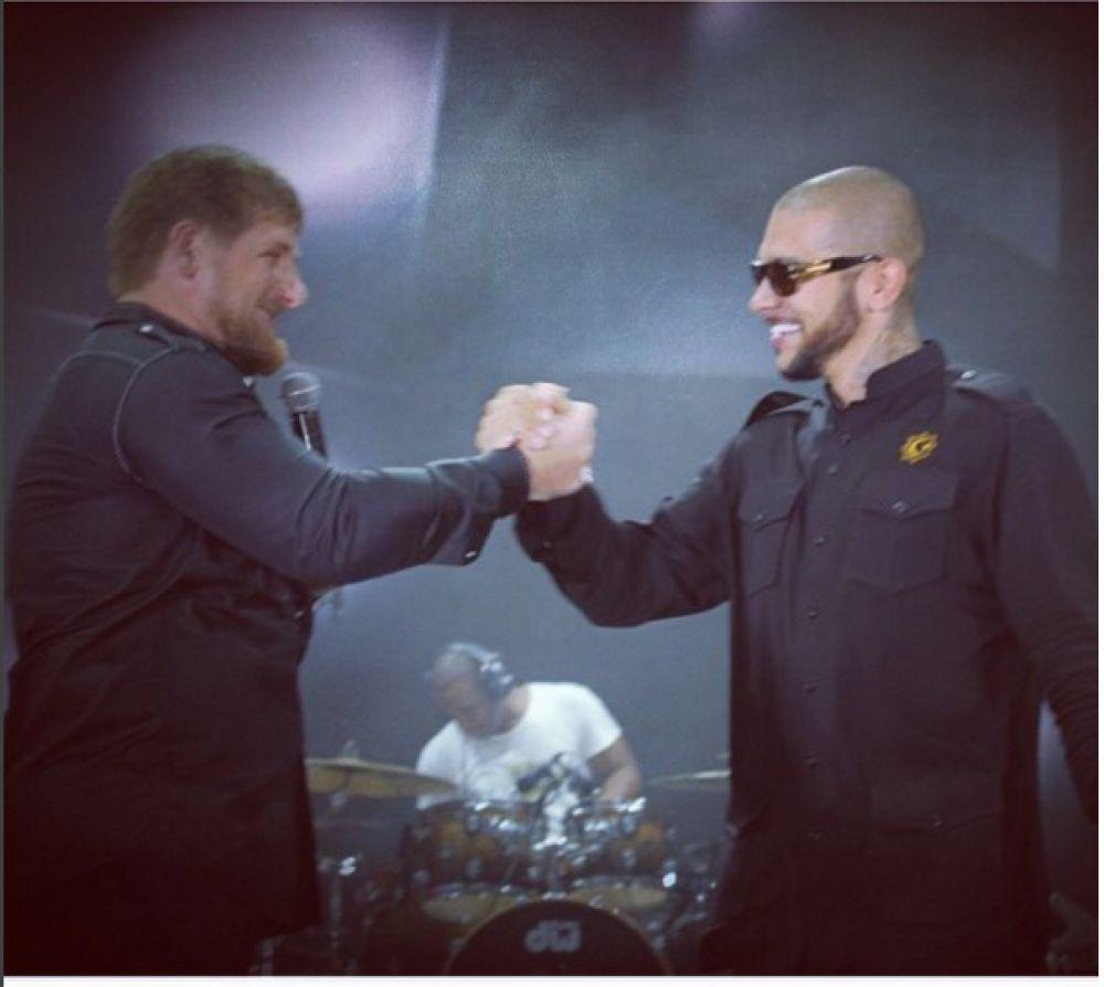 Рамзан Кадыров на фото вместе с известным рэпером Тимати.  На своей странице Кадыров сообщил, что присвоил Тимати звание заслуженного артиста Чечни.