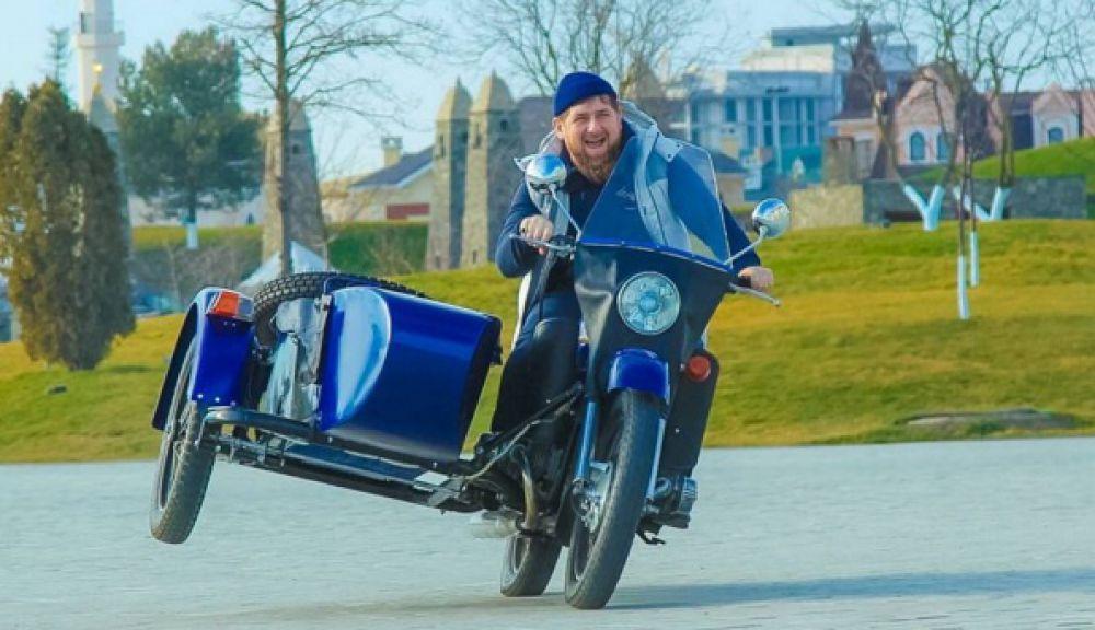 Глава Чечни прокатился на «Урале», выпущенном на Ирбитском мотоциклетном заводе в Свердловской области. На фото Кадыров едет без шлема, при этом он сумел наклонить мотоцикл на одну сторону так, что одно колесо оторвалось от дороги.