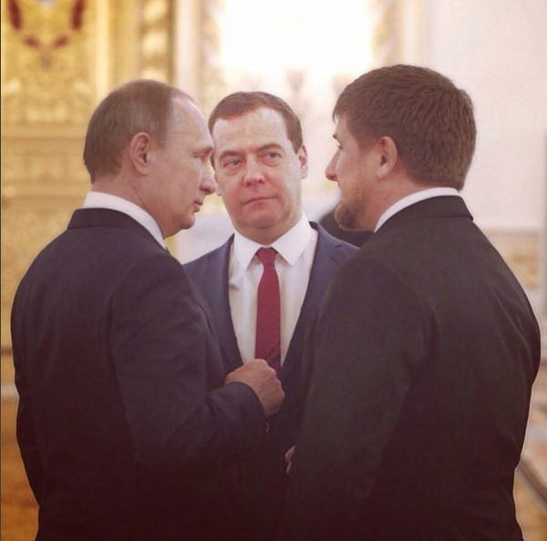 Глава Чечни на фото вместе с президентом России Владимиром Путиным и председателем правительства страны Дмитрием Медведевым.  «Как то так», — подписал пост Кадыров.