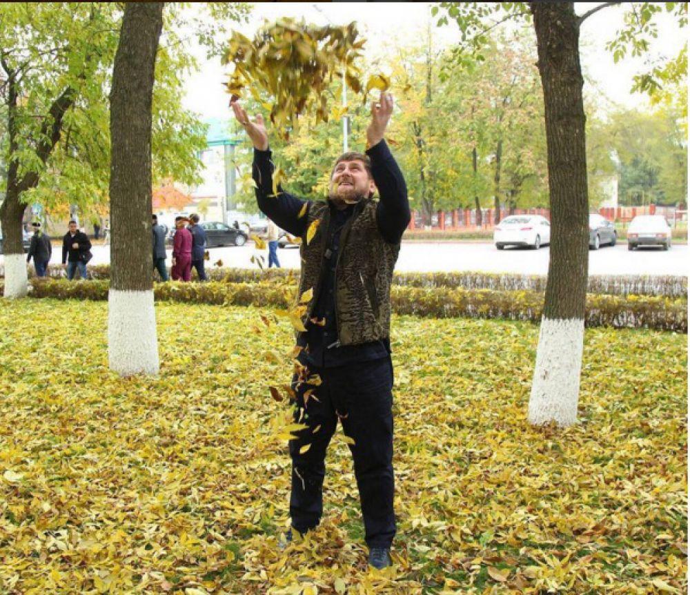 Рамзан Кадыров на снимке подбрасывает в воздух опавшие листья. Так, глава Чечни в Instagram призвал подписчиков опубликовать свои фото с хэштегом #ЗолотаяОсень. «Таким образом мы продемонстрируем любовь к природе, еще раз покажем своё единство в стремлении сохранить ее для потомков», – написал чеченский лидер.