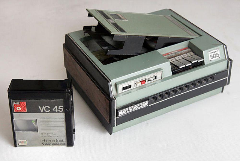 Именно VCR стал форматом, применявшимся на первых советских кассетных магнитофонах «Спектр-203 Видео», появившихся в продаже в 1974-м. В 1979 году его сменили «Сатурн-505» и «Электроника-505» (на фото) того же формата. Чрезвычайно высокая цена всех этих устройств (более 2000 рублей) в сочетании с нестабильностью их работы и отсутствием рынка готовых видеозаписей, препятствовали массовому спросу на бытовую видеотехнику.