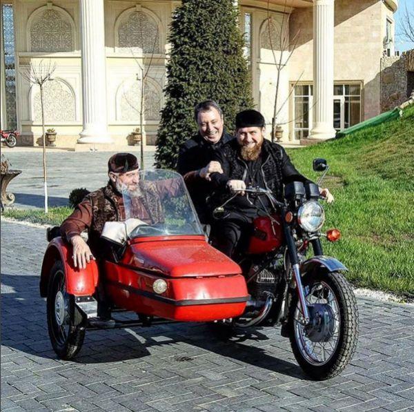 Глава Чечни поделился фотографией с поездки на мотоцикле «ИЖ-Юпитер». Именно на таком транспорте, как признался политик, ему приходилось кататься в юности.