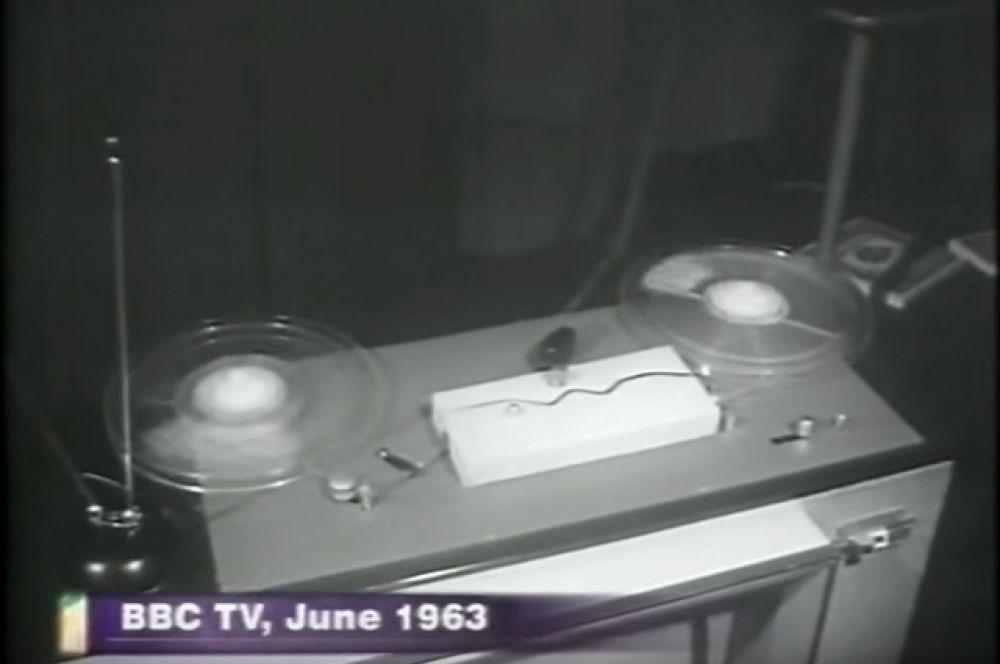 Первым бытовым видеомагнитофоном, поступившим в продажу, считается Telcan, продемонстрированный в студии «Би-Би-Си» в Лондоне 24 июня 1963 года. Однако принцип записи неподвижными головками на магнитную ленту, движущуюся с большой скоростью, обеспечивал крайне низкое качество изображения, и не получил распространения даже в непрофессиональной аппаратуре.
