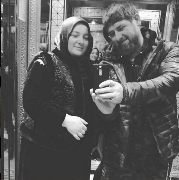 Глава Чечни сделал селфи со своей женой Медни Мусаевной Кадыровой.