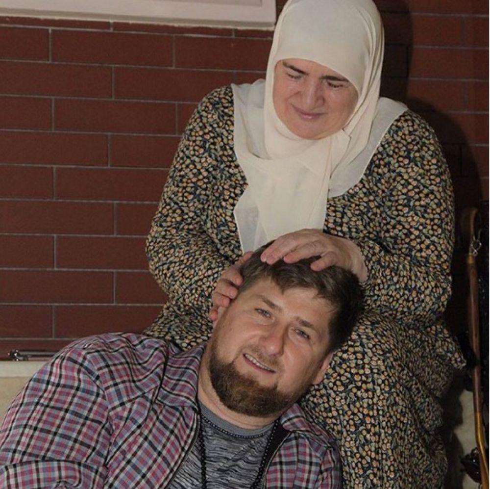 На фото Рамзан Кадыров со своей матерью Аймани Несиевной.  «Проявляйте заботу о матерях пока они есть, пока они живы», – подписал пост глава Чечни.