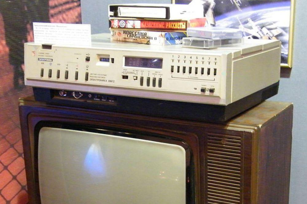 В начале80-х в России стали доступны видеокопии иностранных фильмов на кассетах VHS, главным образом, пиратские. Чтобы удовлетворить растущий спрос на видеоаппаратуру, в 1983 году был начат крупносерийный выпуск кассетного видеомагнитофона «Электроника ВМ-12» формата, а в 1984 году он начал поступать в продажу.