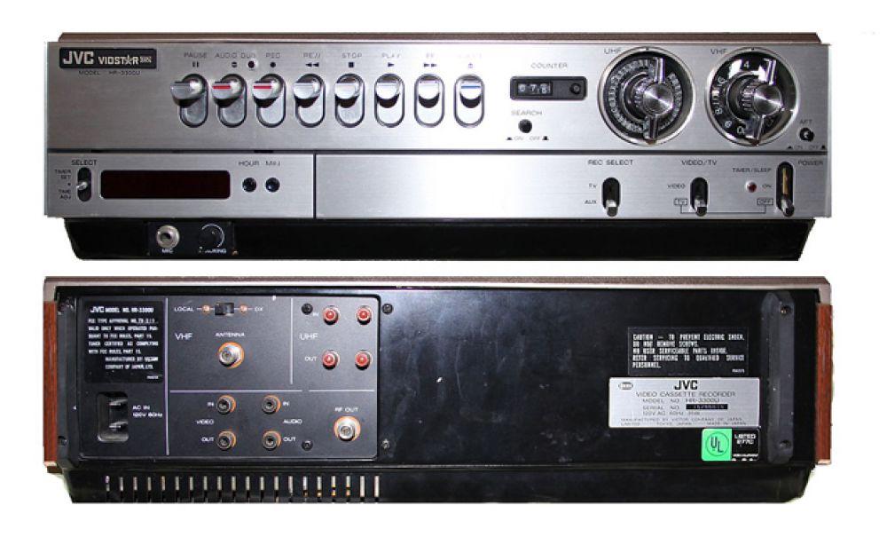 В середине 1970-х годов на рынке появились форматы Betamax корпорации Sony и VHS компании JVC.  С распространением этих форматов видеомагнитофоны стали доступны миллионам пользователей по всему миру. Довольно быстро VHS победил в «войне форматов», на два десятилетия став мировым стандартом бытовой видеозаписи. Первый видеомагнитофон «JVC HR-3300» формата VHS был представлен 7 сентября 1976 года.