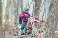 Весной отправляться в лес лучше в максимально плотной одежде.