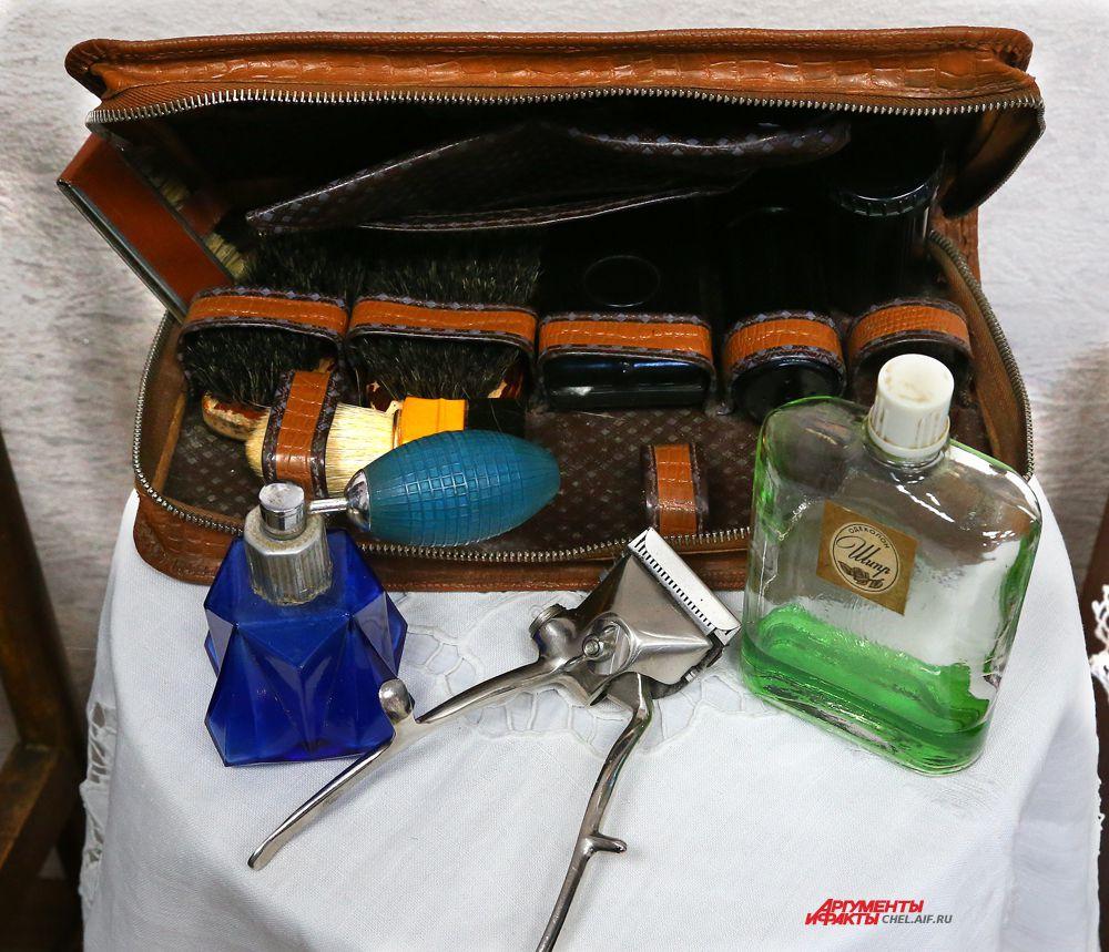 Столик с мужскими принадлежностями:дорожный  набор с щётками,одеколон